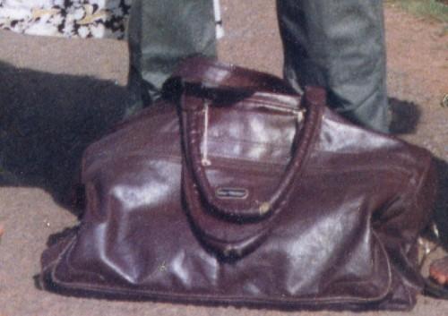 Gros plan sur le sac de voyage de mon oncle