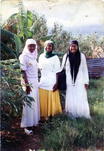 Ma sœur (gauche) et deux amis en vacance à Mayotte, Acoua (Mayotte), 1992 ; support fujifilm pictro paper