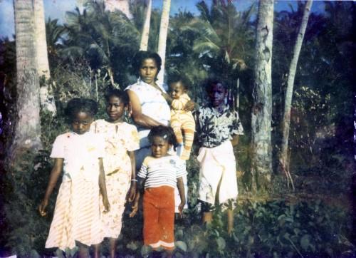 Ma mère, mes sœurs et mon frère ; Acoua (Mayotte), 1985 ; support Fujifilm pictro paper